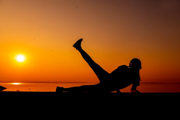 Silhouette sporty woman with sunset. healthy and exercise activity. lifestyle and recreation.