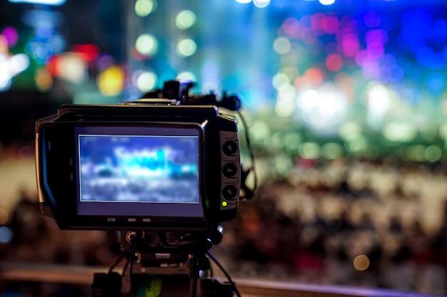 실루엣 비디오 그래퍼는 태국 방콕에서 흐릿한 보케 카운트 다운 콘서트에 녹음되었습니다.