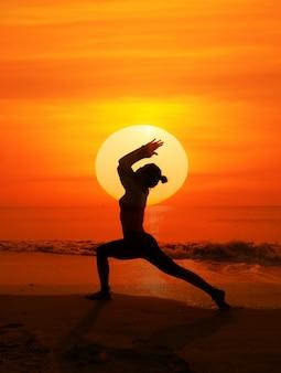 Silhouette di donna con il sole alle spalle
