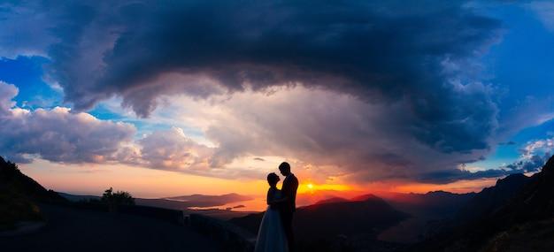 ロブチェン山の日没時のシルエット