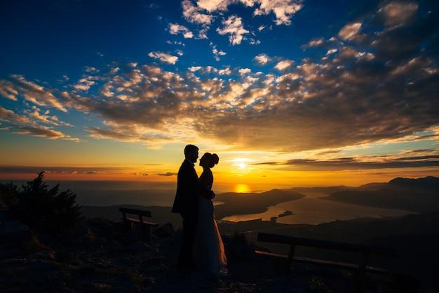 ロブチェン山の夕暮れのシルエット