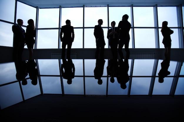 Sagome di uomini d'affari in attesa per l'incontro