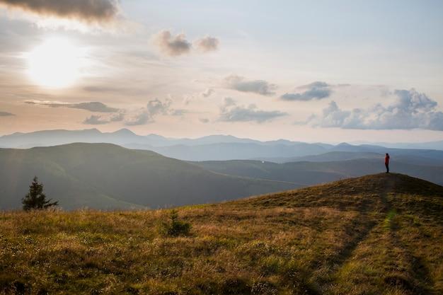 일몰, 아름다운 황혼의 하늘에 산에서 자연을 즐기는 소녀 관광객의 실루엣
