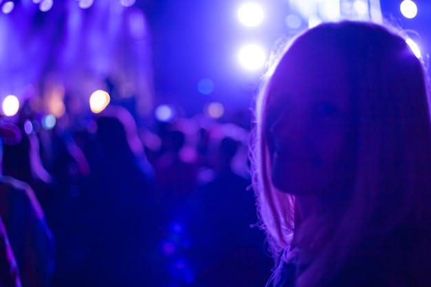 푸른 네온 불빛에 새해 휴일에 여자의 실루엣