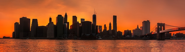 マンハッタンのシルエット。早朝のニューヨーク市のスカイラインパノラマとブルックリン橋