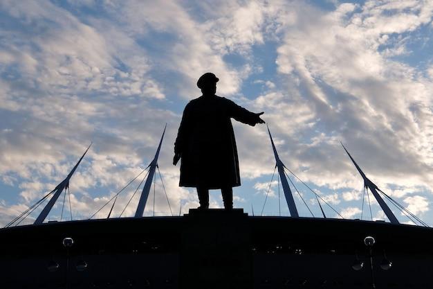 Силуэты памятника кирову со стадионом зенитарена на кристовском острове
