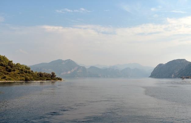 Силуэты гор на берегу моря
