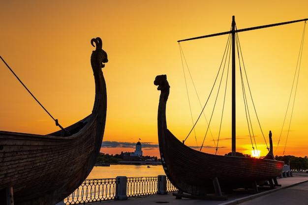 日没、ヴィボルグ、ロシアの古い船のシルエット。
