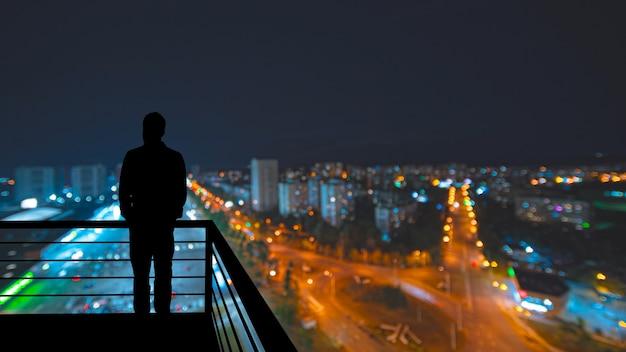 Силуэты людей на фоне панорамы