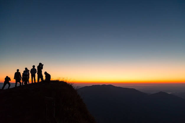산에 사람들의 실루엣