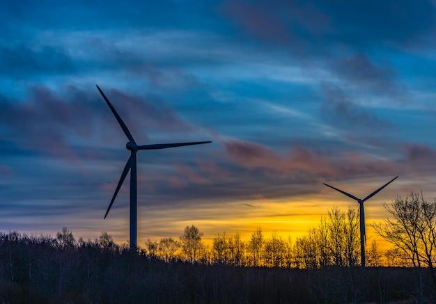 美しい夕日と風力タービンのシルエット
