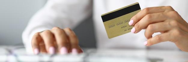 누구의 손에 신용 은행 카드에 여자의 실루엣. 개인 및 법인에 대한 대출 개념