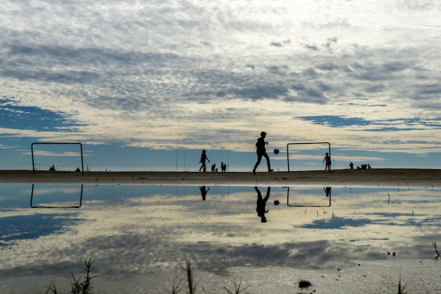 ビーチで遊ぶシルエット