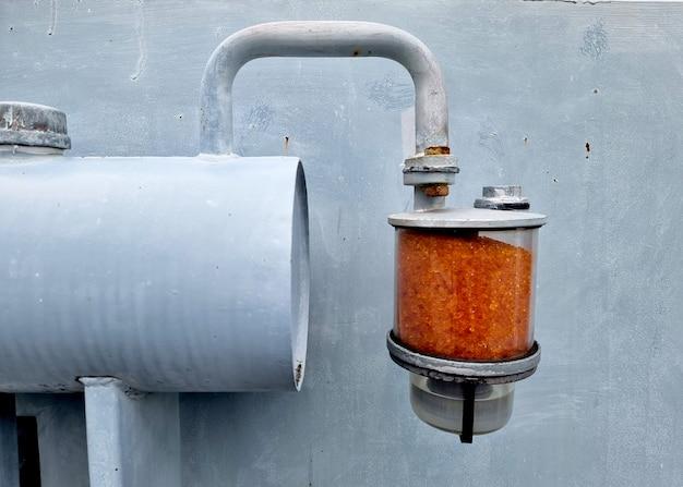 シリカゲルブリーザーには、変圧器のコンサベータータンクに取り付けられたオレンジ色のシリカゲルが含まれています