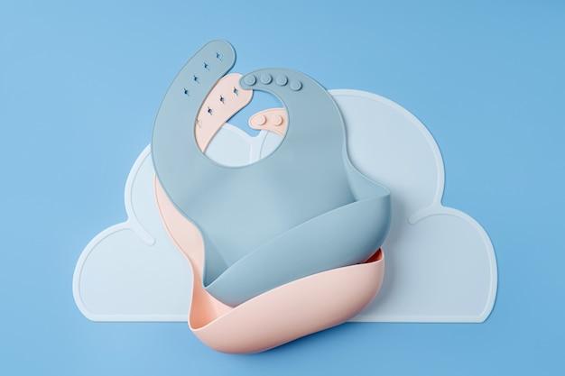 실리콘 아기 턱받이. 저녁 식사를 위한 첫 번째 아기 액세서리. 평면도, 평면도