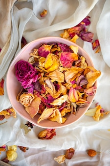 Шелковые ткани и сушеные цветы вид сверху