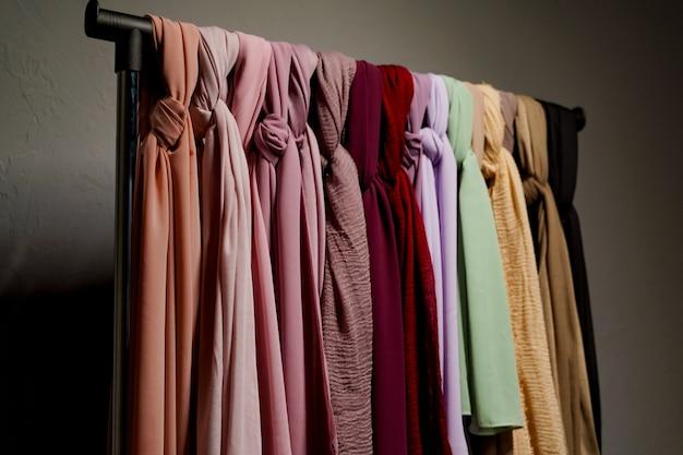 실크 스카프 이슬람. 옷걸이에 멀티 컬러 일반 스카프.
