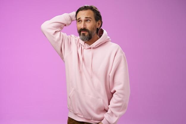 愚かな無知な思慮深い大人の男は、なぜ遅い夕食が頭を掻く疑わしい表情躊躇する検索ソリューションのアイデアが手のポケットを不確かな紫色の背景から遠ざけるのかを非難することはできません。