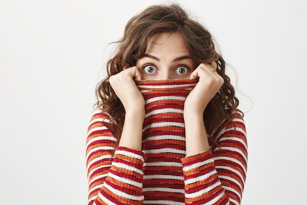 セーターの中に隠れている愚かなかわいい女の子、驚いたおしっこ