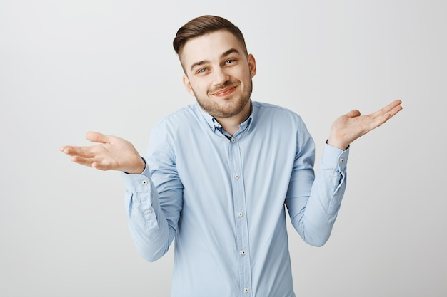 愚かな知らない男が肩をすくめて笑って、何も知らない、無知であること