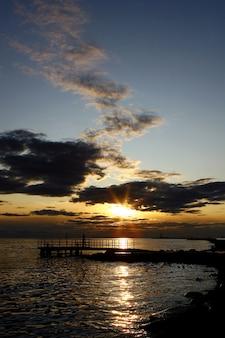 人々siloueteと黄色い夕日