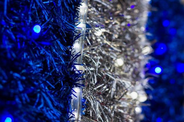 シルバーとブルーのガーランドリボン抽象的なテクスチャクリスマスホリデーシーズンの装飾セットの背景