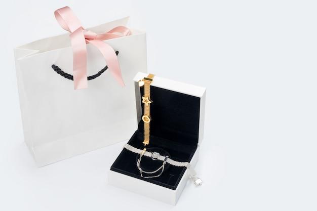 Серебряные и золотые браслеты в подарочной коробке