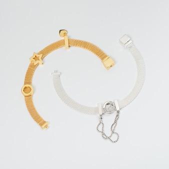 Вид сверху серебряные и золотые браслеты