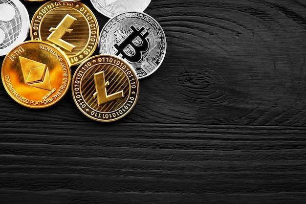 Серебряные и золотые монеты с биткойнами