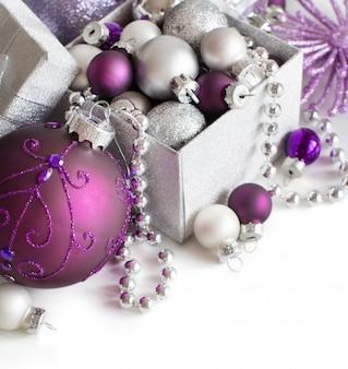 Серебряные и фиолетовые рождественские украшения границы крупным планом, изолированные на белом