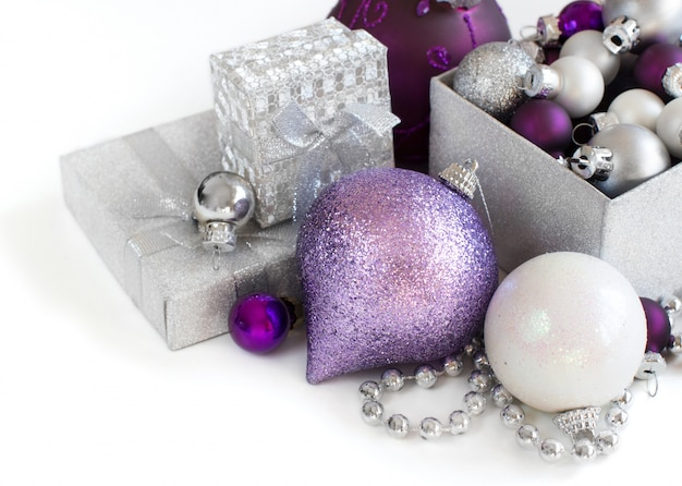 Серебряные и фиолетовые рождественские украшения границы крупным планом