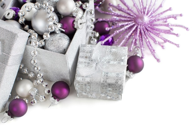 Серебряные и фиолетовые рождественские украшения границы, изолированные на белом крупным планом