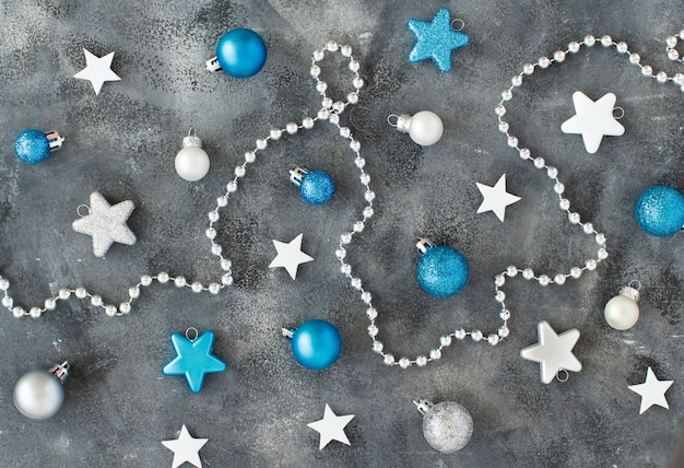 Серебряные и бирюзовые елочные игрушки