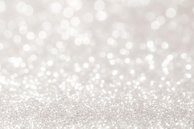 Серебристые и белые боке огни расфокусированы. абстрактный фон