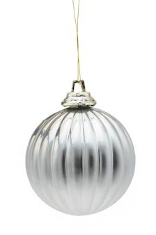 孤立した白い背景の上の銀のボールのクリスマスのおもちゃ