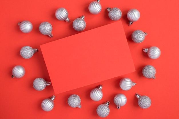 Серебряные шары и пустая красная бумага