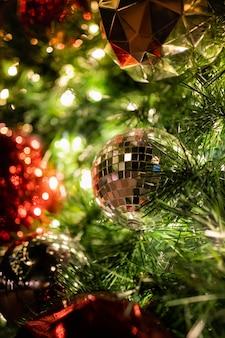 クリスマスツリーの銀の安物の宝石のボール
