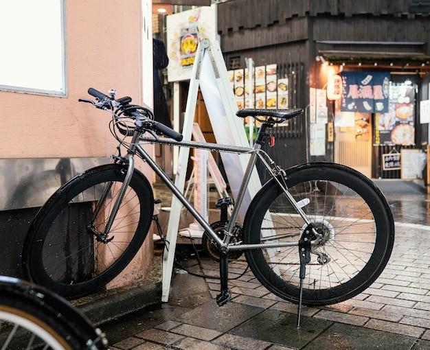 Серебряный велосипед с черными деталями