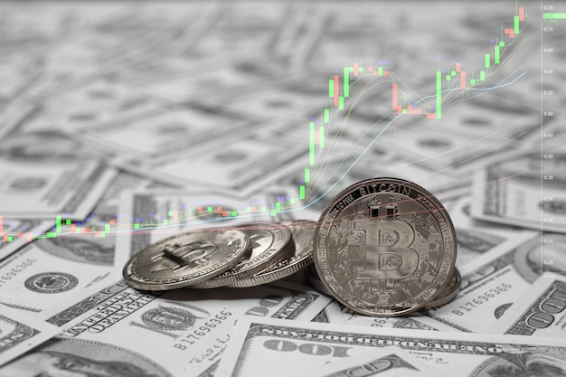 돈 100 usd 달러의 그룹에 은색 bitcoin 동전 암호 화폐