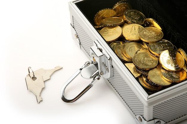Серебряная шкатулка с золотыми монетами и набором ключей
