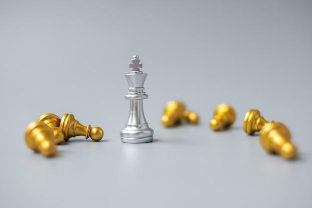 Фигурка серебряного шахматного короля выделяется из толпы энергичных