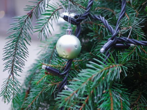 松の木にシルバーのクリスマスボール。高品質の写真
