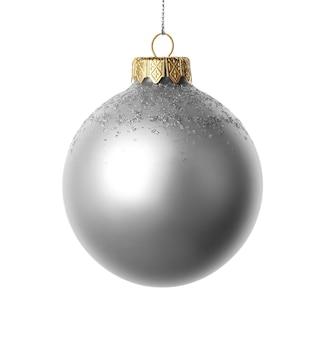 Серебряный елочный шар на белом фоне