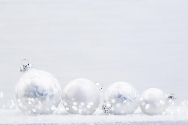 Серебряные елочные шары на блестящем фоне