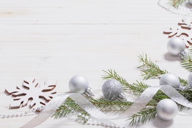 나무 바탕에 실버 크리스마스 장식