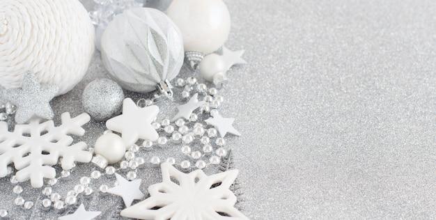 銀のテーブルの上の銀のクリスマスの装飾