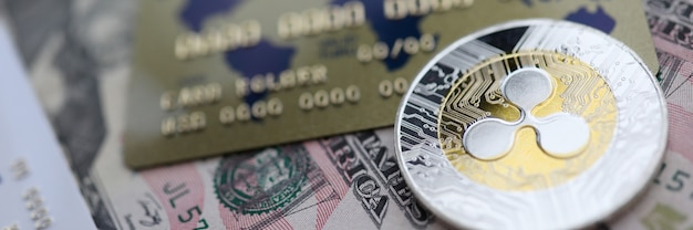 Серебряная монета пульсации xrp крупным планом лежат на столе