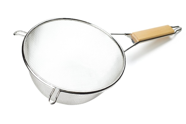 白に木製の柄が付いた銀色の金属ザル