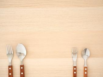 銀のカトラリーセット木製テーブル