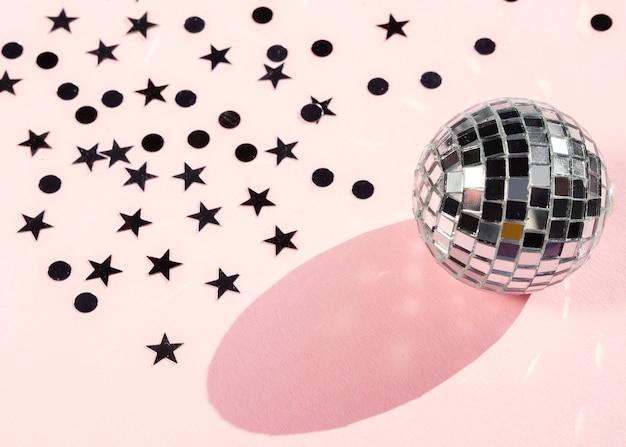 Concetto d'argento della palla della discoteca con il primo piano